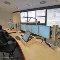 stanowiska komputerowe w sali z rzutnikami i telewizorem