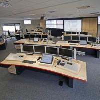 stanowiska komputerowe w sali z rzutnikami i telewizorami