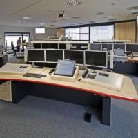 stanowiska komputerowe w sali z rzutnikami i telewizorami 2