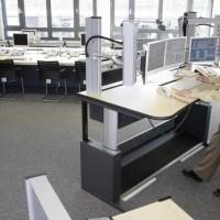 sala z komputerami w której stoi pan przy stanowisku