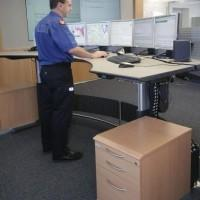 pracownik korzysta z komputera z wieloma ekranami
