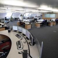 biuro ze stanowiskami komputerowymi