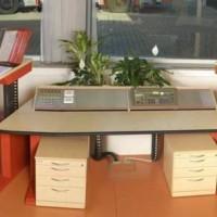 biurka z monitorami, panelami i kontenerami