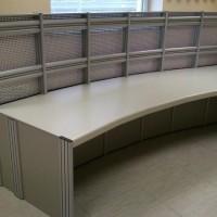 Biurko w kształcie łuku ze ścianką na montaż monitorów