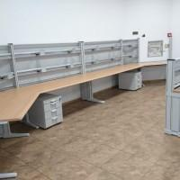 stanowisko operatorskie z dwoma biurkami i dwoma kontenerami
