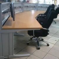 biurko krzesła monitor