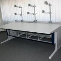 biurko prostokątne z miejscem na sześć monitorów