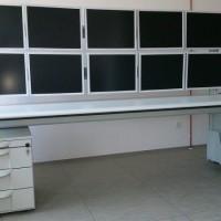 biurko na którym zamontowano 10 monitorów
