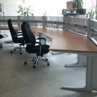 biurko i krzesła wśród roślin