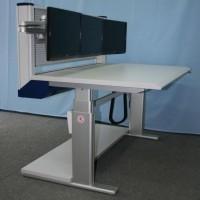 regulowane biurko z monitorami