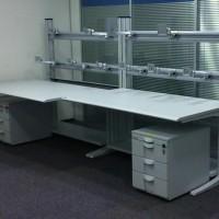 biurko z instalacją pozwalającą na zawieszenie dziesięciu monitorów